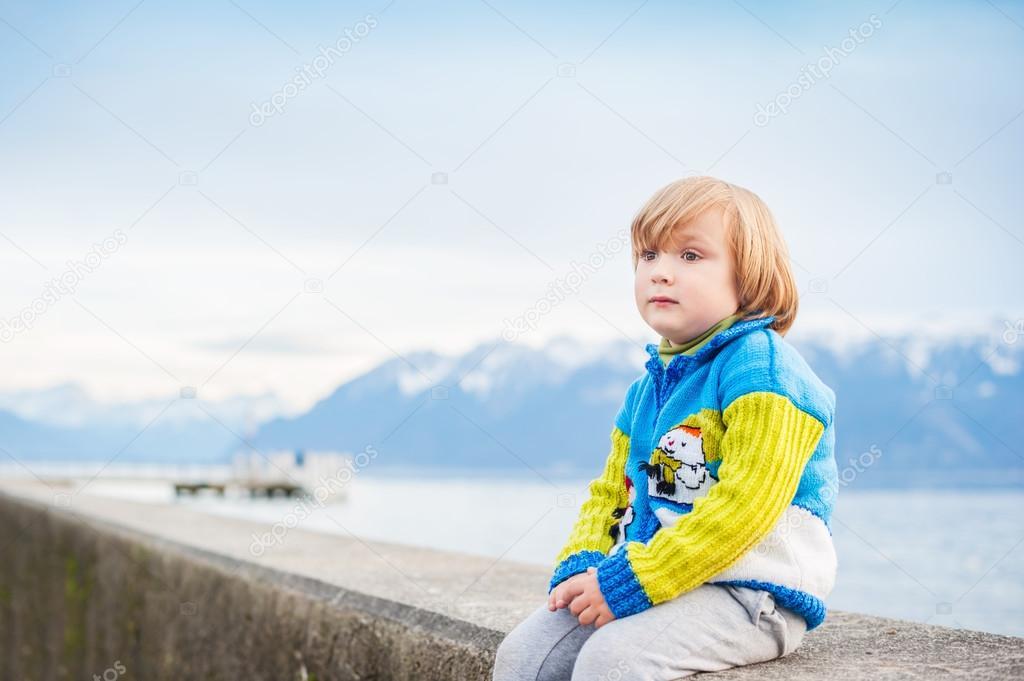 Een Warme Winter : Winter portret van een schattige kleine jongen dragen grappige