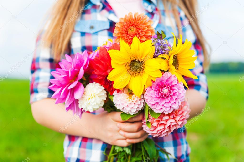 Beau bouquet de fleurs lumineux et color s tenant par les for Bouquet de fleurs lumineux