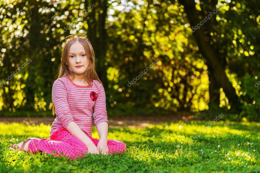 Portret van een schattig klein meisje van 7 jaar oud in het park stockfoto annanahabed 94216116 - Kantoor voor een klein meisje ...