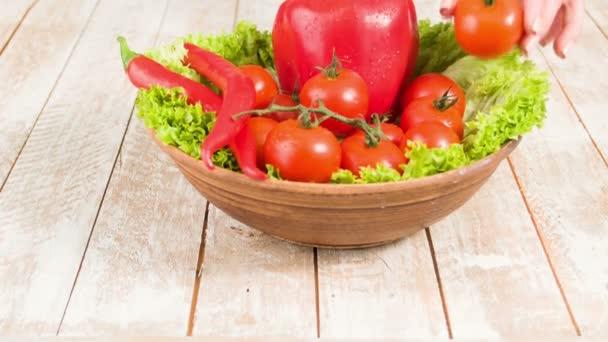 Kerámia tányér tele egészséges zöldségekkel