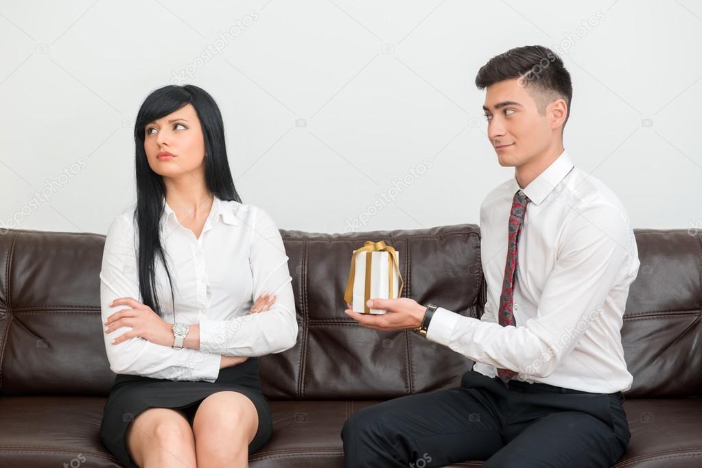 Coppia di affari seduto sul divano in ufficio foto stock - Coppia di amatori che scopano sul divano ...