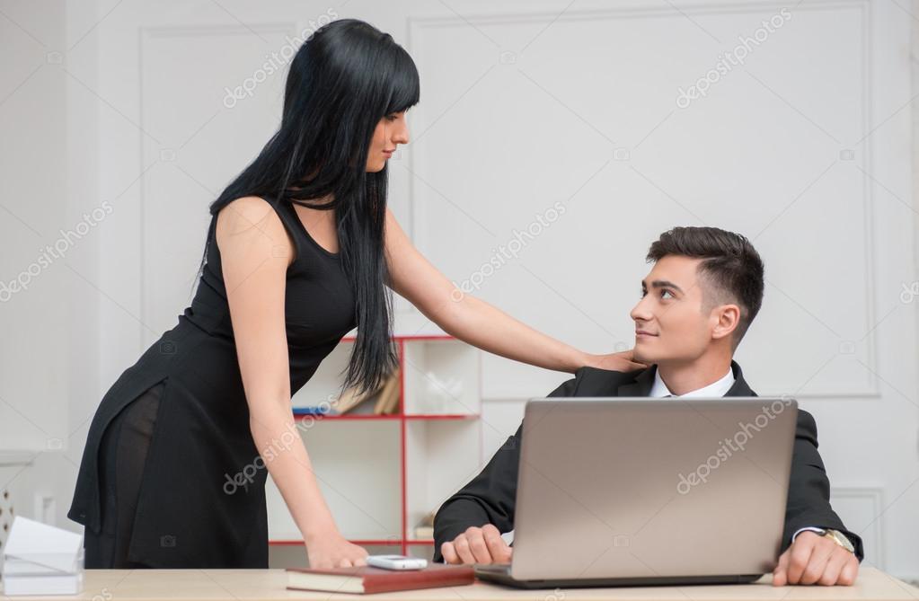 Couple d affaires à la recherche à l autre avec l amour au bureau