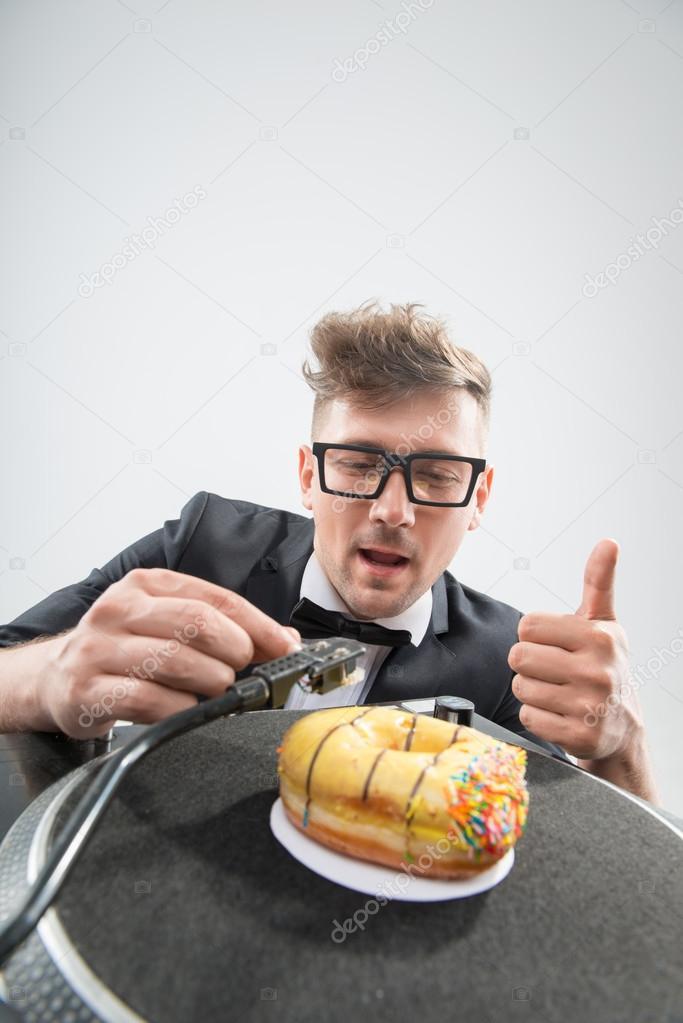Dj Manger Donut Sur Platine De Lieu De Travail Photographie