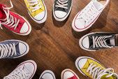 Bunte Jugendturnschuhe auf dem Boden