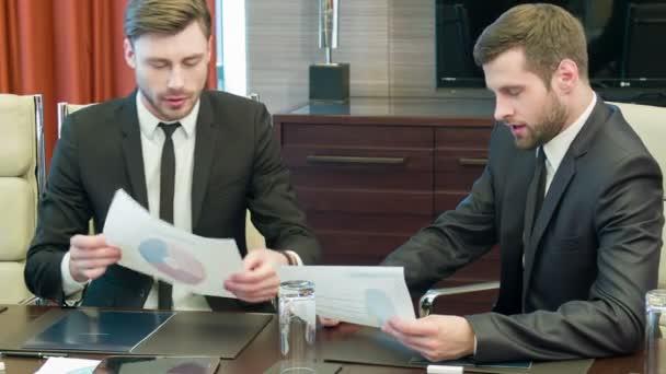 Pohledný mladý podnikatelé v práci