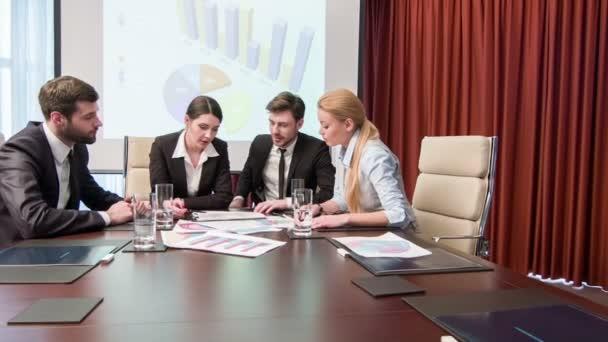 Mladí pracovníci na schůzce