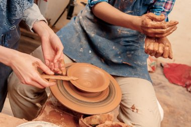 Sculpturing the clay pot