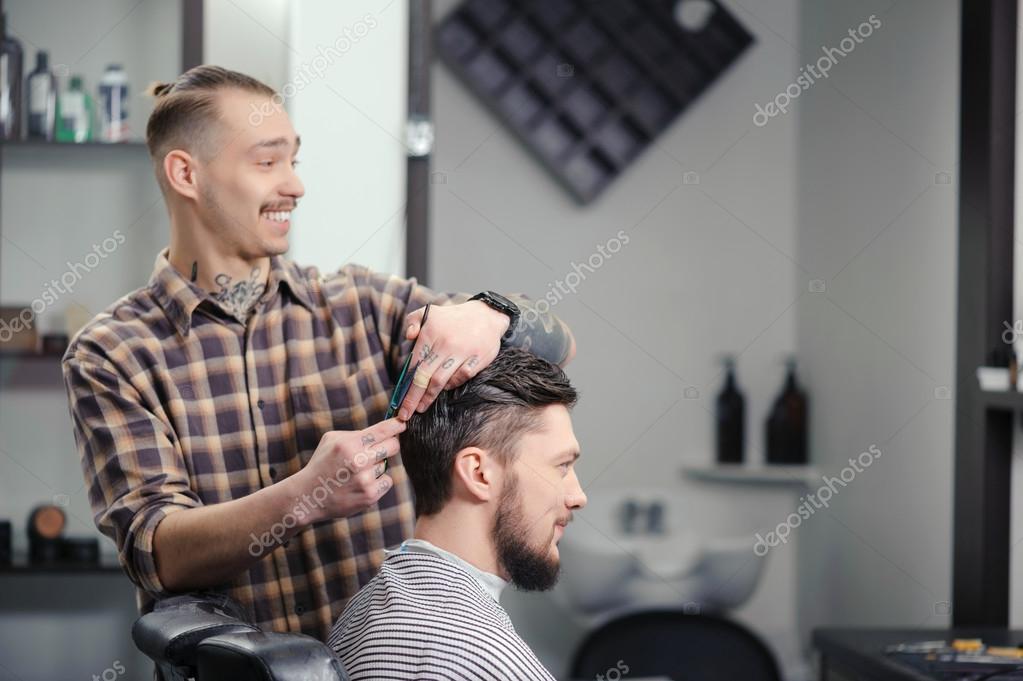 coiffeur pour couper les cheveux d 39 un homme photographie. Black Bedroom Furniture Sets. Home Design Ideas