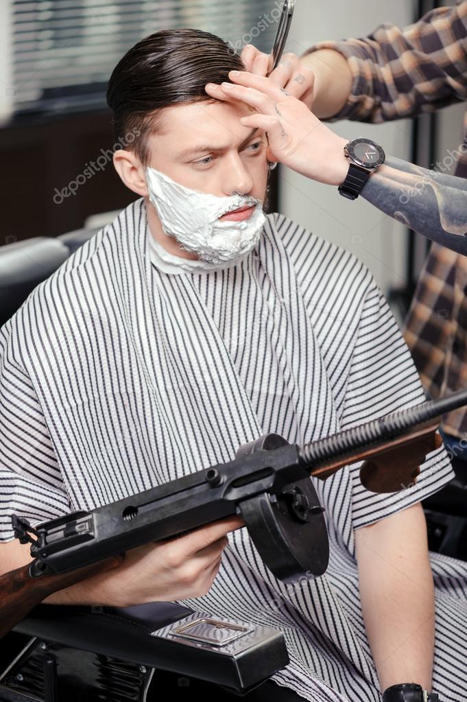 Klienta Do Golenia W Sklepie Fryzjer Zdjęcie Stockowe Dmyrtoz