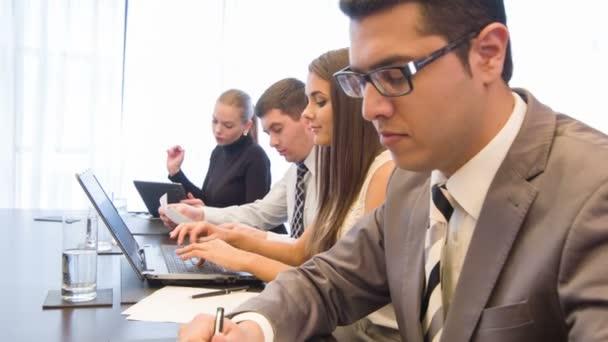 Modern, könnyű Kongresszustererem ül a fiatalok társasága