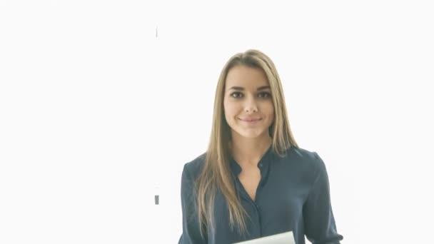 Fiatal gyönyörű mosolygó nő visel fekete blúz gazdaság egyes dokumentumok