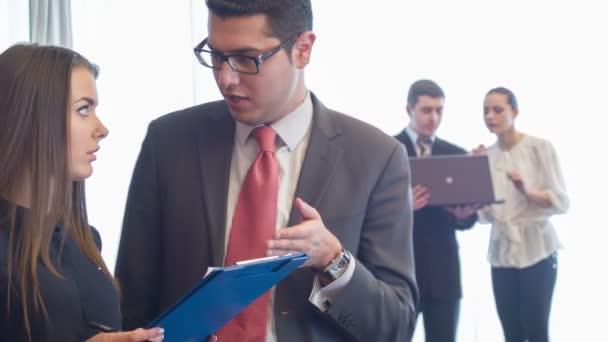 Selektivní zaměření na řádný muž stojící diskutovat některé důležité momenty