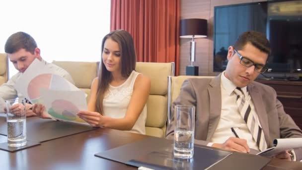 Společnost mladých lidí, kteří sedí v moderní lehká konferenční sál