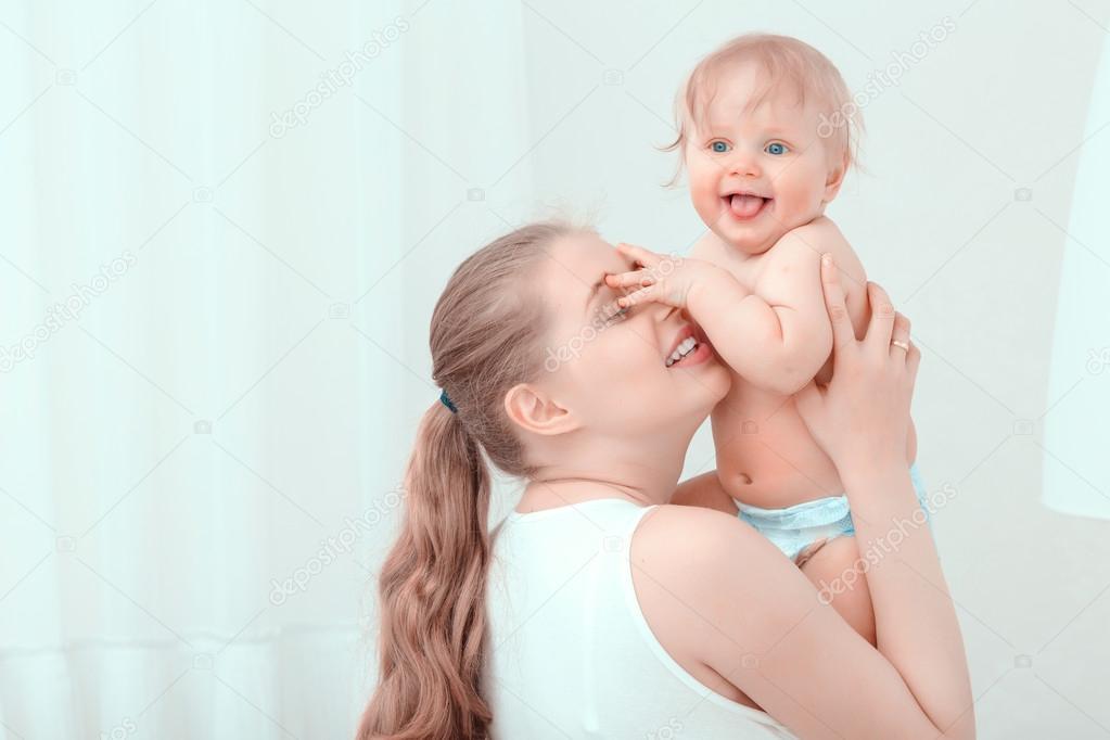 Junge Mutter hält ihr Baby — Stockfoto © Dmyrto_Z #71915869