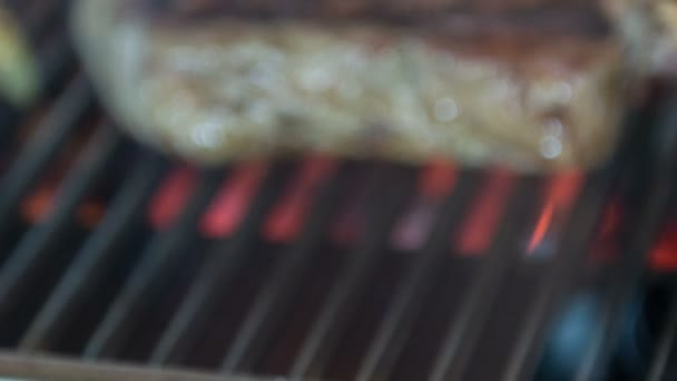 Horizontální dolly zastřelených a selektivní zaměřit na chutný T-bone steak