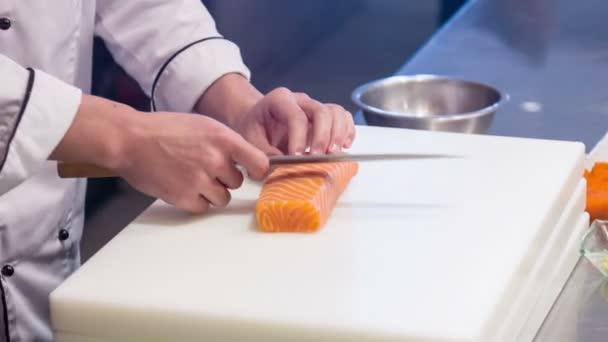 Svislá Dolly, mladá koncentrovaná šéfkuchařka stojící v kuchyni