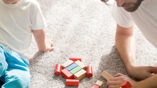 Otec a syn spolu hrají