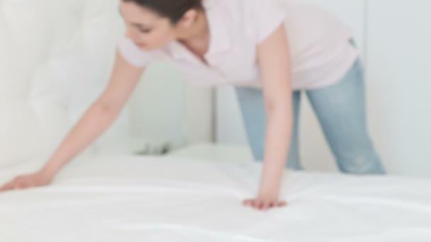 Mladá žena, takže postel