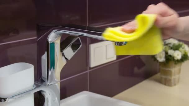 Žena čištění v koupelně