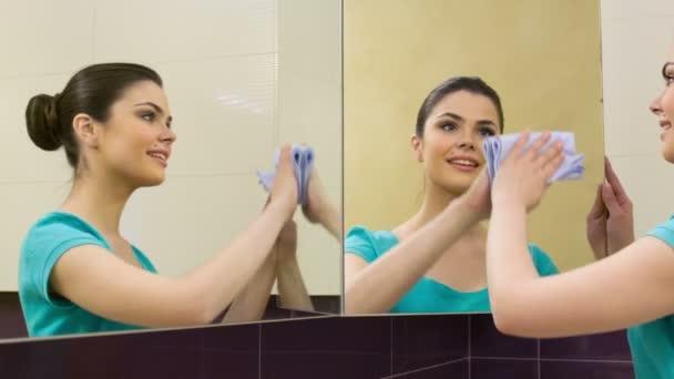 Junge Frau Reinigung Spiegel