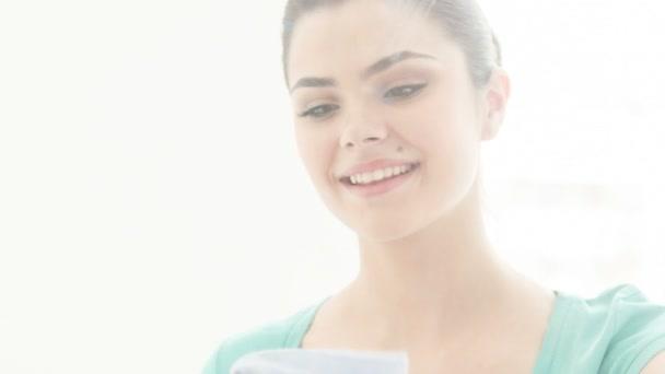 Mladá žena čištění zrcadlo