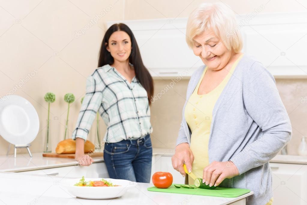 Oma in der Küche