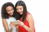 Fotografie příjemné dívky drží chytrý telefon