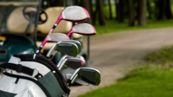 Objevování golfového vybavení a golfového auta