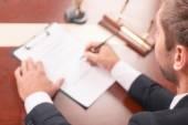 Fotografie Pleasant Anwalt Unterzeichnung Papiere