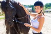 schöne Reiterin mit Pferd