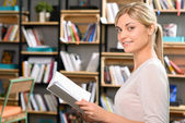 Atraktivní dívka drží knihu