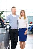 Fotografie Glückliches Paar gehen, um ein Auto zu kaufen