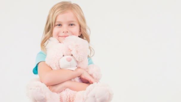 Mosolygó lány átölelte a lány mackó.