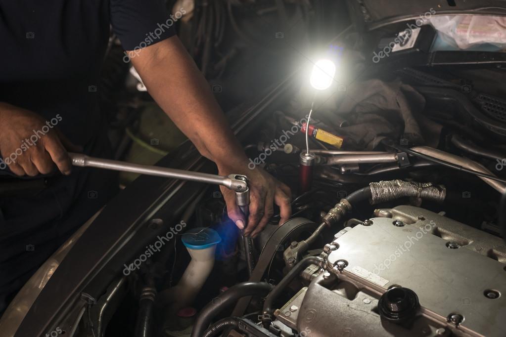 motor mechanist reparing car