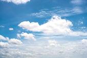 Modrá obloha s oblak closeup
