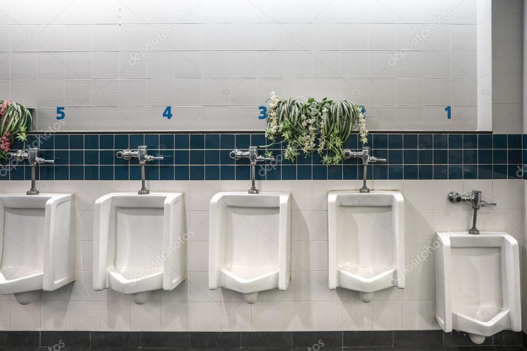 Closeup tegels in het toilet van man met uitzicht op de wc door urin