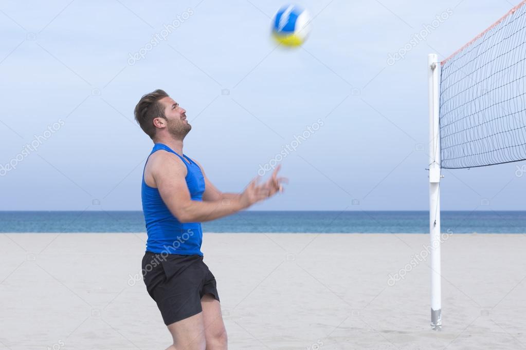 87fbb9027 Jogar vôlei de praia masculino jogador — Fotografia de Stock