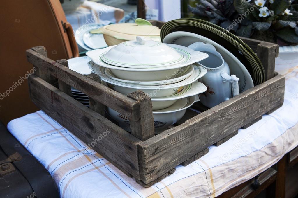 Vintage Rustikale Küche Stilleben: Keramik Geschirr, Drahtkorb Mit Holz  Löffel Und Schneidebretter Vintage Holz