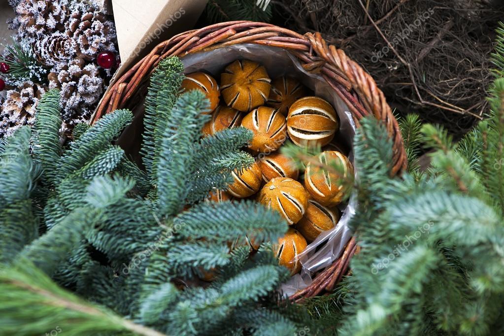 Naranja seca en cesta corona de rboles de abeto de for Cesta arbol navidad
