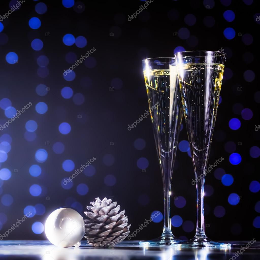 Zwei Gläser Champagner mit Weihnachten Spielzeug. Festliche Lichter ...
