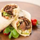 Döner kebab na dřevěné pozadí