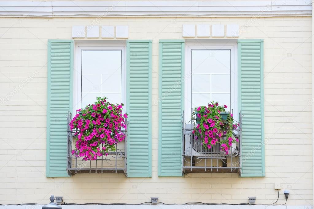 Finestre con persiane in legno decorato con fiori rosa foto stock lisovoy 52739519 - Finestre con persiane ...
