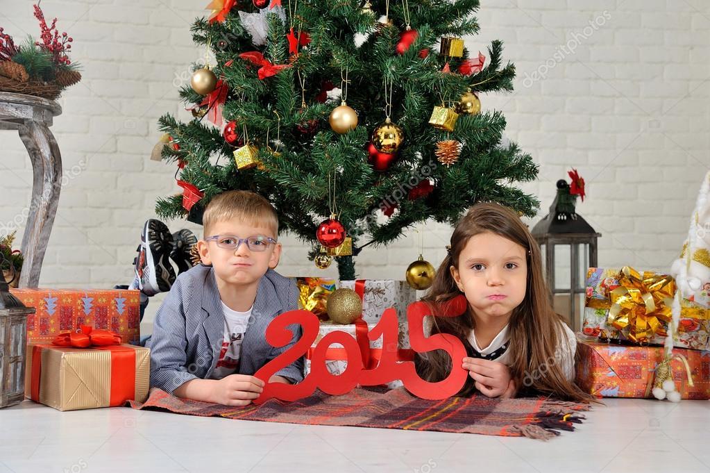 Regali Di Natale Fratello.Fratello E Sorella Sotto L Albero Di Natale Con I Regali Foto