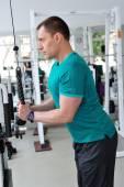 Člověk dělá cvičení pro triceps