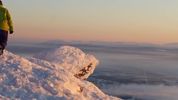 snowboardista muž dosáhl vrcholu hory, uctívání představují