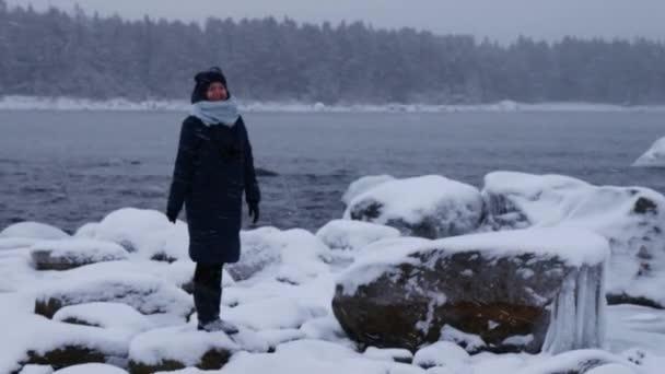 kaukasische Frau winkt Hände, genießt Reisen in der Ostsee, Winter Schweden