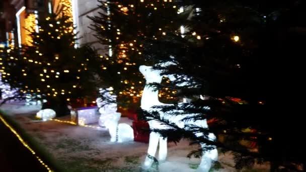 Vánoční strom s Mooses ze světla. Vánoční dekorace nebo instalace