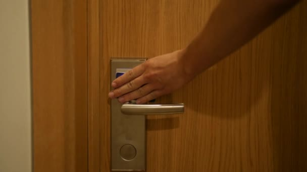 Životní styl člověka otevřít dveře s bezpečnostním klíčem kartu a zadejte v pokoji
