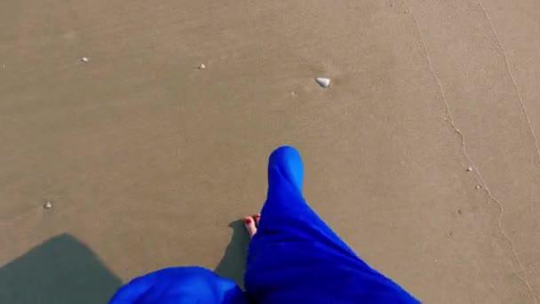 pohled shora nohy žena v sukni, chůze na pláž písek