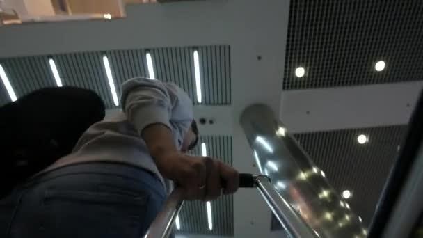 Nízký úhel pohledu turistů tahání kufru na letišti